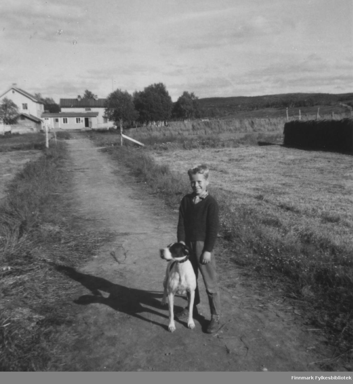 Fred Sivertsen med pointeren Kim på Veines på 1960-tallet. I bakgrunnen ser vi Neiden fjellstue