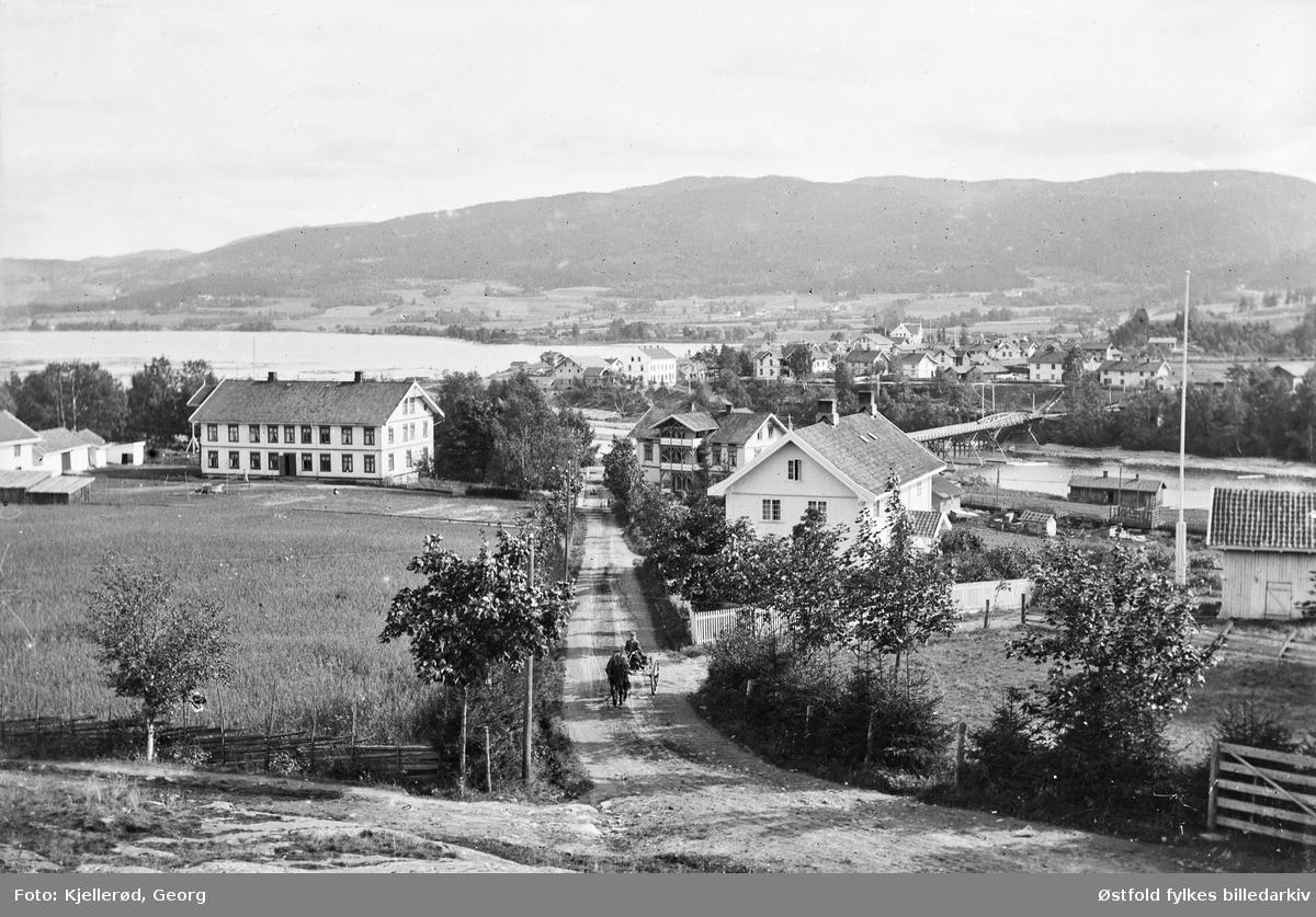 Oversiktsbilde fra Jevnaker. Til høyre  Kyterud bru. Bilde tatt mot Nesbakken, Berger Hotell, senere Borger Bergers Minde, i forgrunnen. Berger hotell som senere ble gamlehjem og fødeklinikk med navnet Borger Bergers Minde. Landhandel til høyre.
