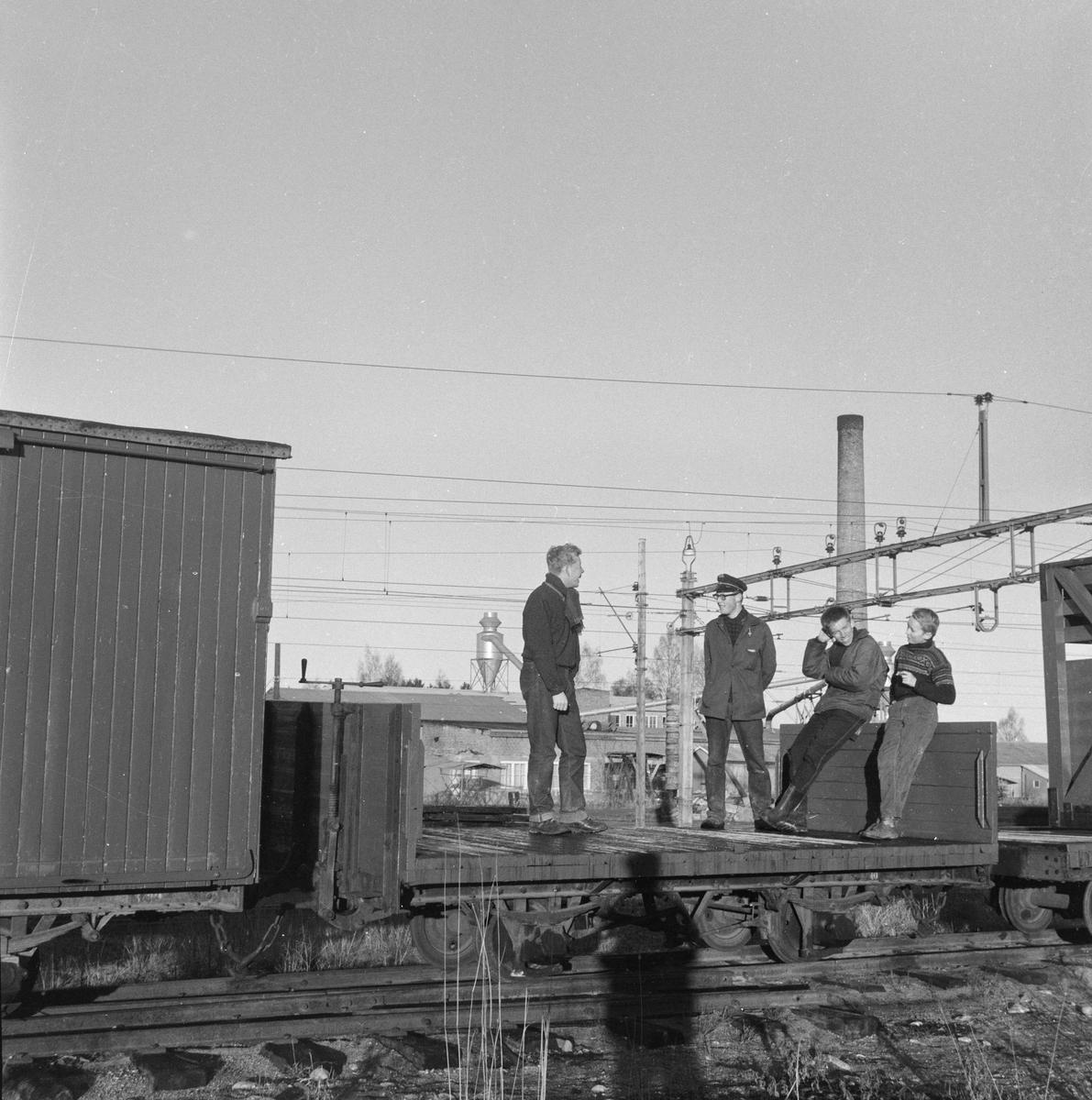 En del av Urskog-Hølandsbanens vogner ble hensatt ved Sørumsand Verksted etter banens nedleggelse. Vognene ble senere overført til museumsbanen. Her er aktive medlemmer på befaring.