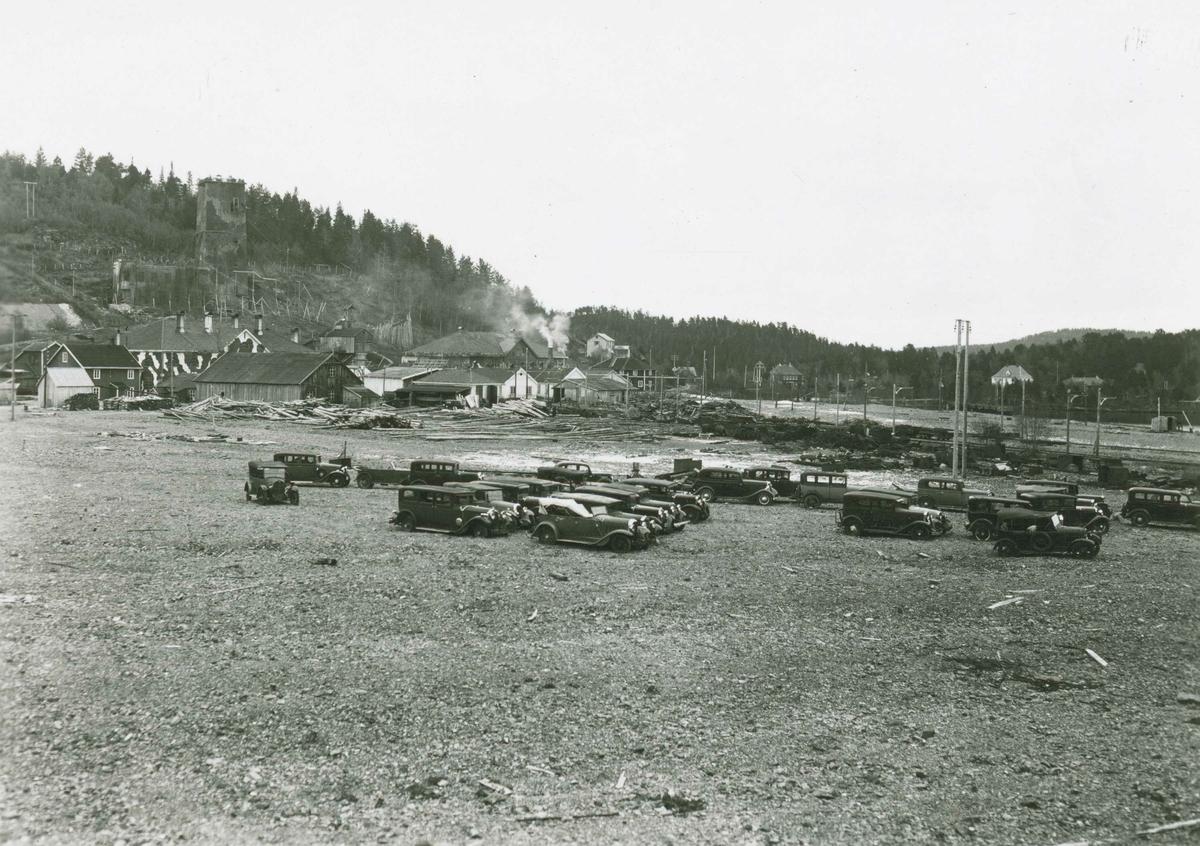 Privatbiler rekvirert av tyskerne under krigen. Samlet ved gruvanleggene i Fagerlia.