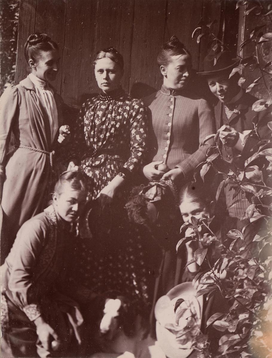 Gruppebilde fra Linderud Gård. Øverst, fra venstre: Anna Mathiesen, Regine Stang, Marie Hals, Christian Pierre Mathiesen, nederst fra venstre: Agnes Mathiesen, Julie Mathiesen.