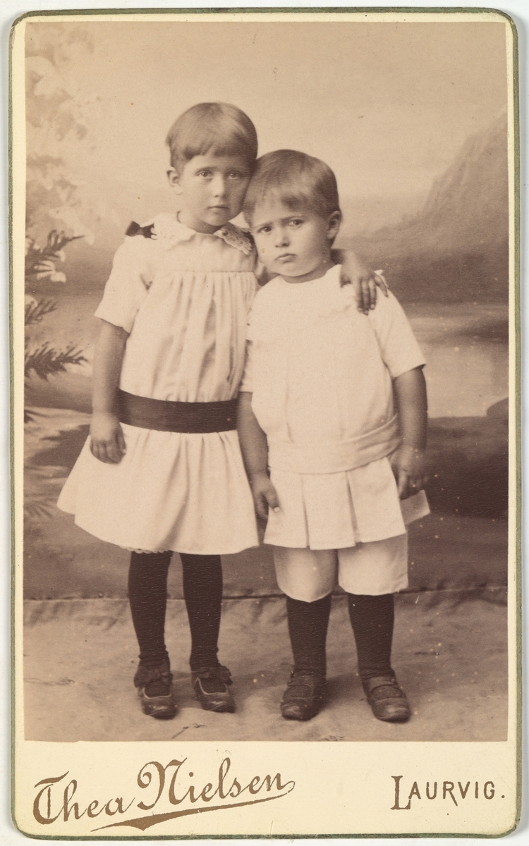 Portrett av Margit (4 år) og Lorentz (2 år) Segelcke.