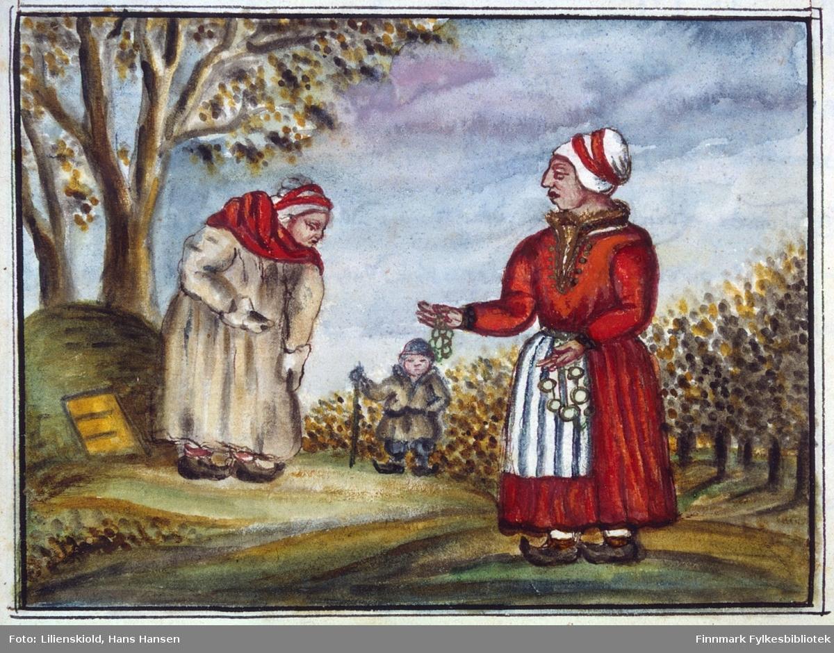 Sjøsamiske kvinner og deres klesdrakt. Kvinnen til venstre står ved en gamme, og er kledd i vinterklær, i følge Lilienskiold var dette en lodden saueskinnskjortel. Kvinnen til høyre har sommerdrakt, og i hendene holder hun messingringer som skulle brukes til å feste nålehus og annet utstyr til beltet