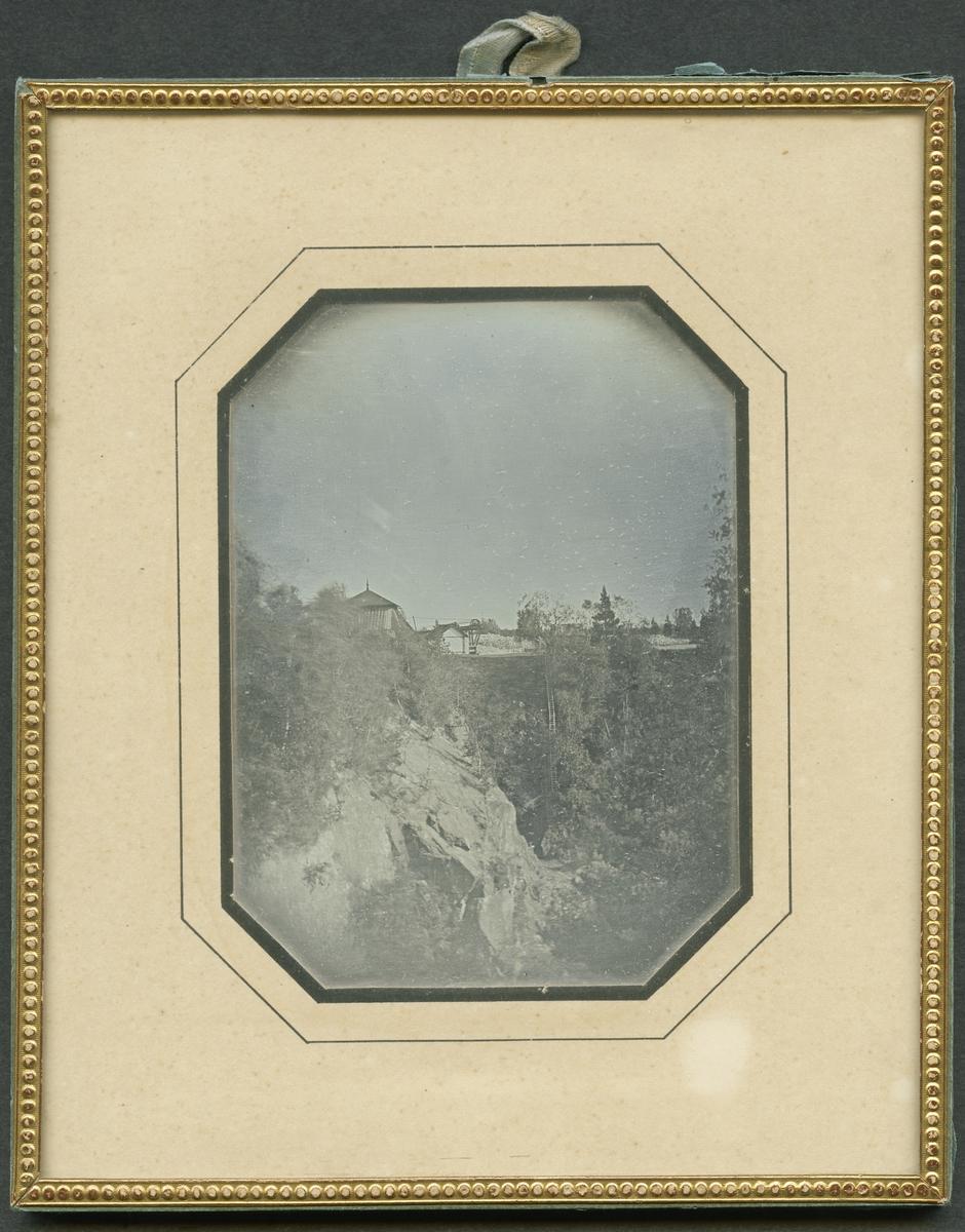 Daguerreotyp. Bilden tagen mot sydost från Sunds schakt vid Herr Stens Botten. I förgrunden Latortssckaktet, i bakgrunden Trapprymningen och lave över Torgschaktet. Inga av byggnaderna på bilden äro bevarade. Fotograf är troligen Wilhelm Heinemann.