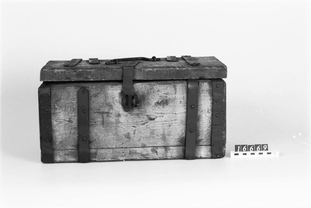 Åtta lådor av trä för järnmalmsprov, med beslag av bandjärn.