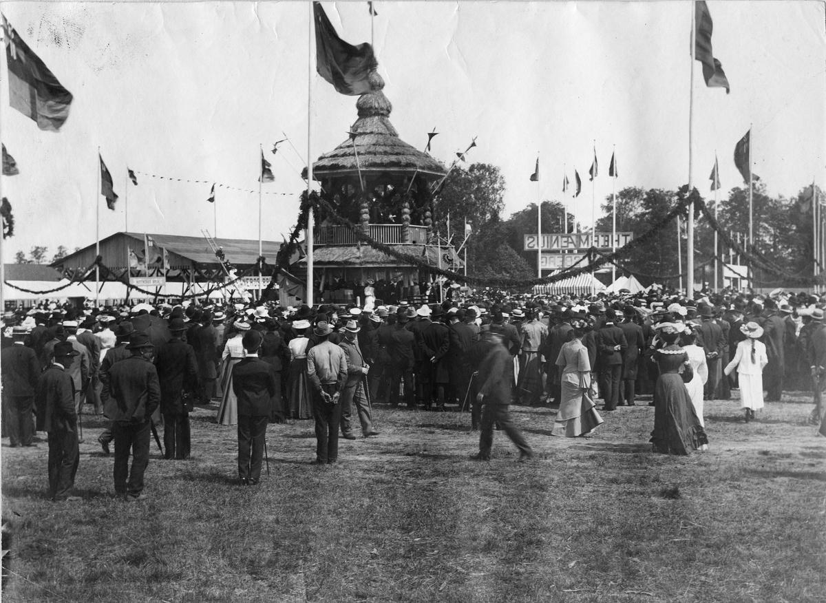 Industri- och Lantbruksutställninegn i Karlstad 1903. Utställningen öppnas av kronprinsen, Gustaf VI Adolf. Bild från tidskriften Hemmets bildmaterial.