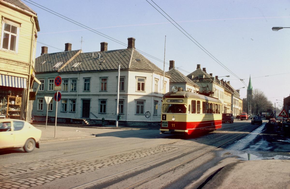 Gatemiljø i Innherredsveien med sporvogn. Trondheim trafikkselskap vogn 11 på linje 1 til Munkvoll.