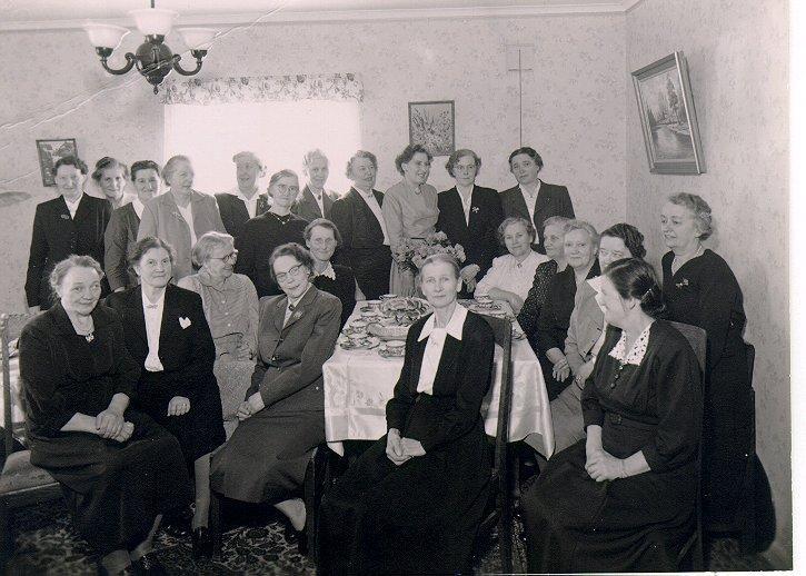 Konfirmander från 1910. Jubileum. 2:a raden från vänster: 1. Adina Bergkvist, 2. Stina Bergström, 3. Harrie Blänström, 4. Ester Engström, född Holmkvist, 5. Anna Lidén, 6. okänd, 7. Gerda Bergkvist, 8. Asta Setterberg, 9. Elna Thunberg.1:a raden: 1. Olivia Milton, 2. Anni Holmkvist, 3-5 okända, 6. Sigrid Höglund, 7. Anhild Gustavsson, 8. Elsa Setterberg, 9. okänd.