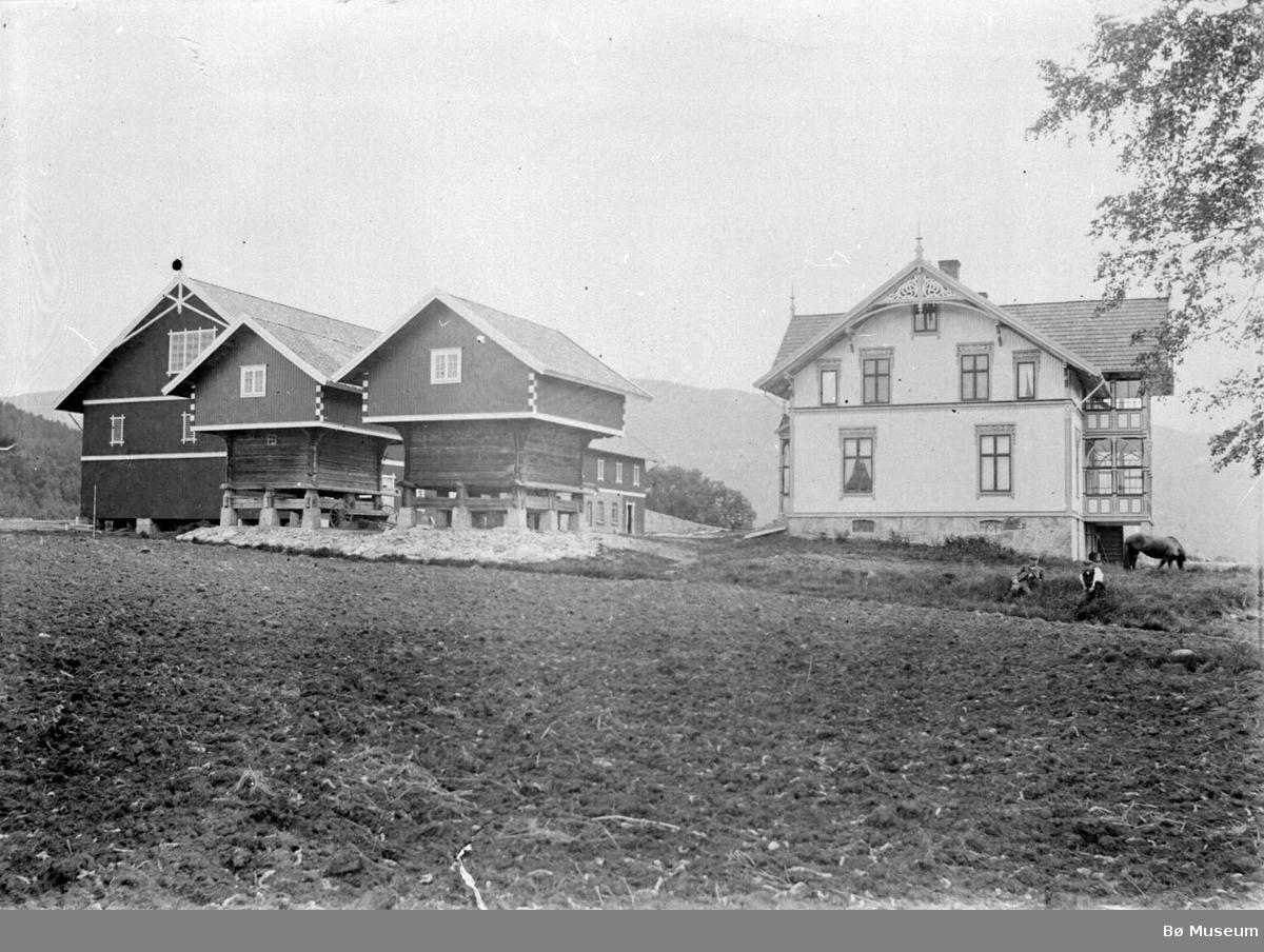 Valen gard med hovudbygning i sveitserstil
