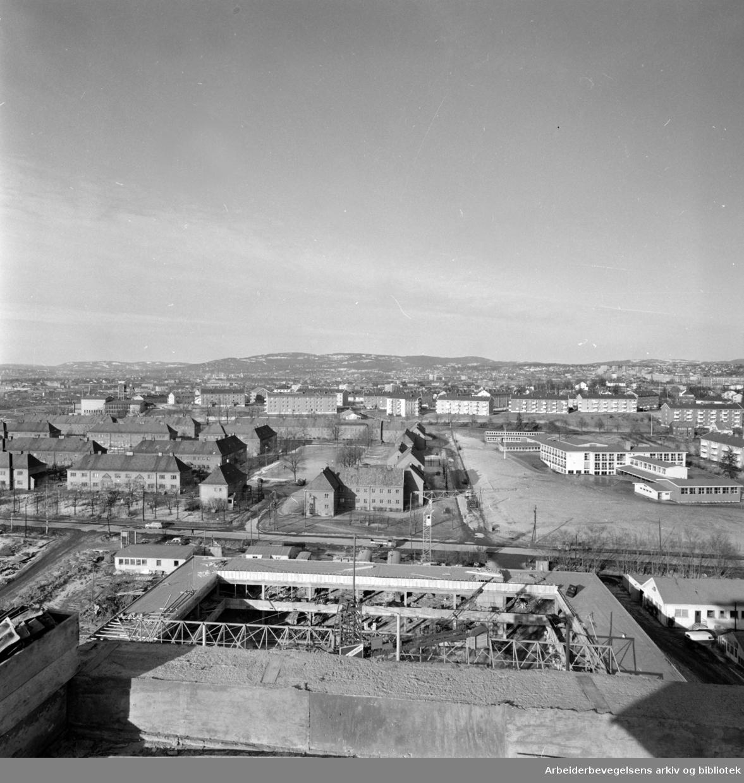 Hovin:.Nytt perspektiv fra toppen av det nye Narvesenbygget.Februar 1965