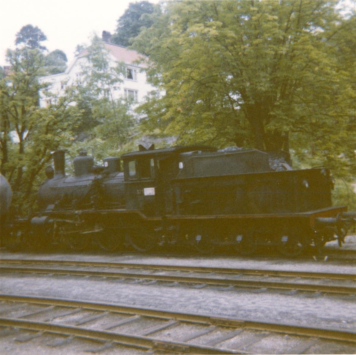 Damplokomotiv type 21c 375 hensatt på Arendal stasjon. Damplokomotiver ble erstattet av diesellokomotiver i togene mellom Arendal og Treungen.