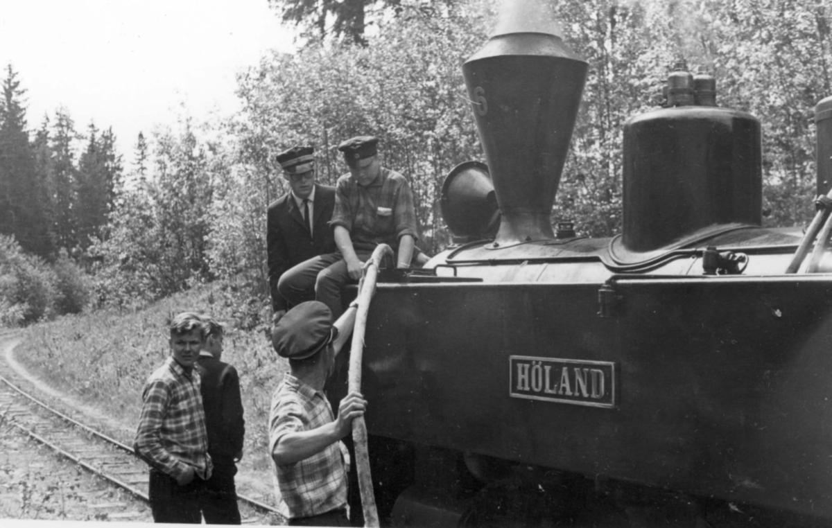 Et av de første tog på museumsbanen Urskog-Hølandsbanen, trukket av damplokomotiv 6 Høland. Toget har stoppet underveis for vannfylling.