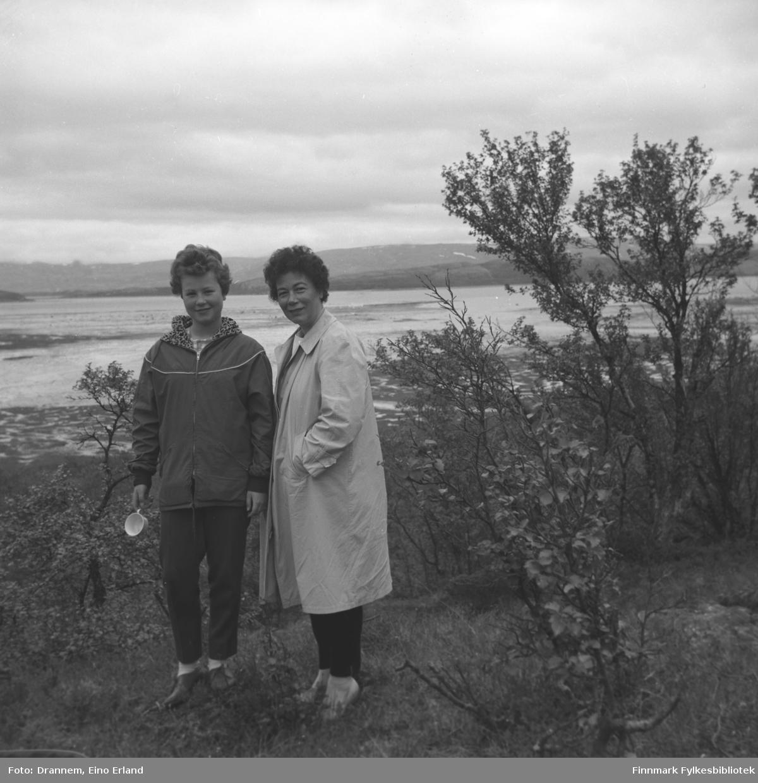 Turid Karikoski og Jenny Drannem fotografert på en slette med litt trær rundt. Stedet er ukjent.