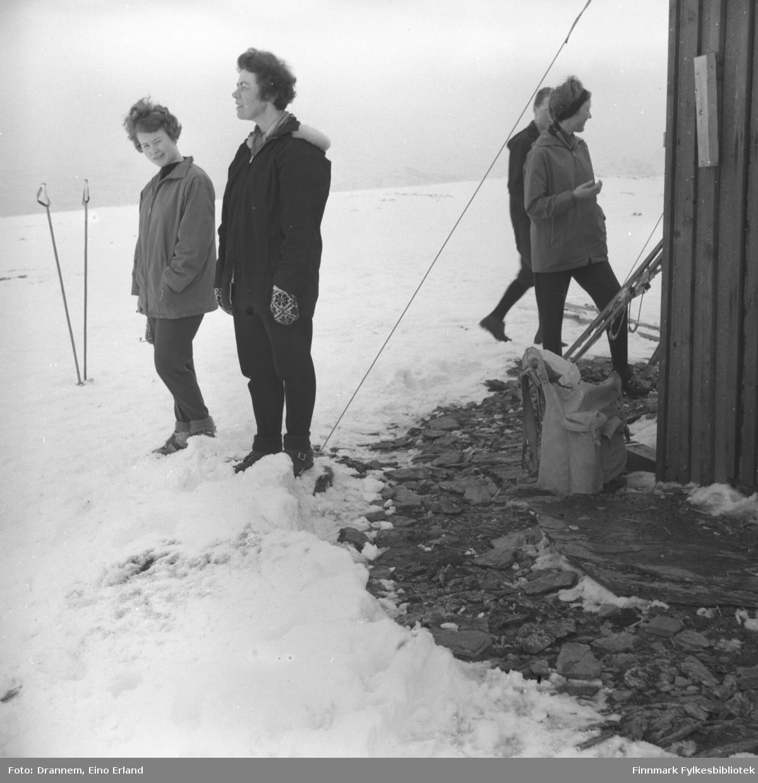 Turid Karikoski og Jenny Drannem utenfor en hytte på fjellet ovenfor Hammerfest.