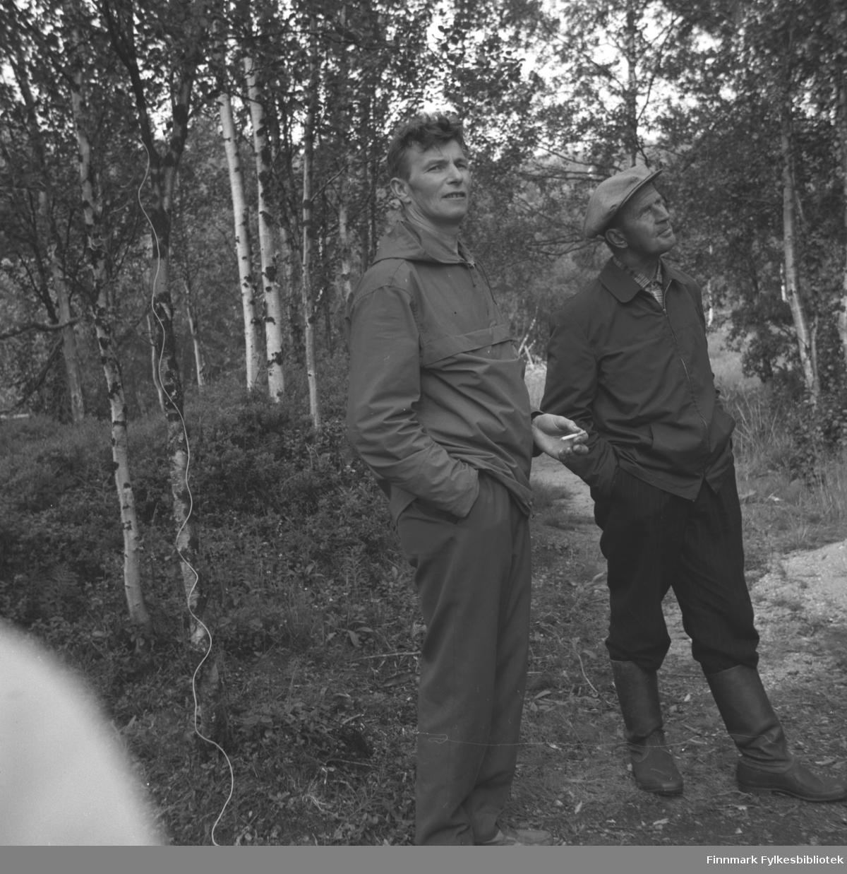 Eino Drannem og Uuno Lappalainen fotografert  i skogen i Neiden.