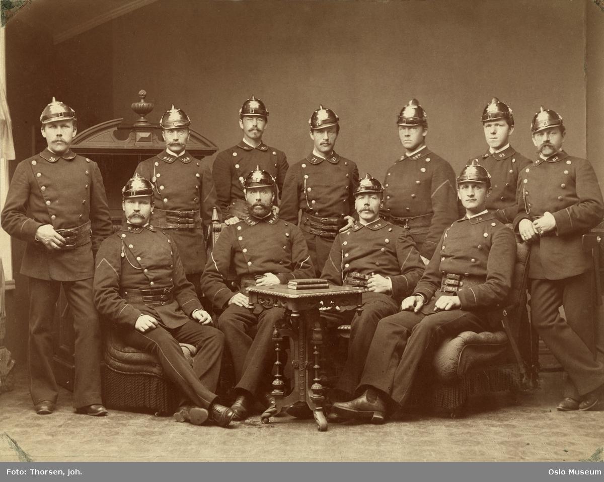 gruppe, brannmenn, Kristinaia kommunale Brannkorps, uniformer