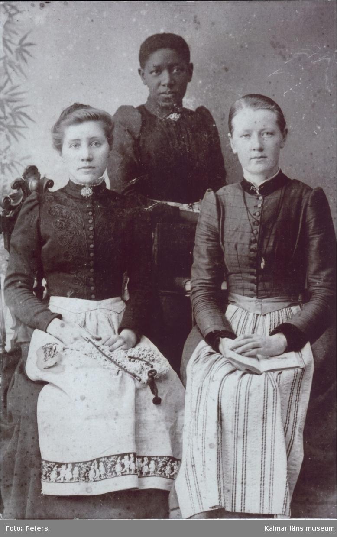 """Emmelie """"Millan"""" Boy tillsammans med två vita kvinnor. Millan var dotter till Svarta Sara som kom till Kalmar med den forsmannska expeditionen. Hon levde hela sitt liv (1863-1900) i Kalmar och verkade som musiklärare."""