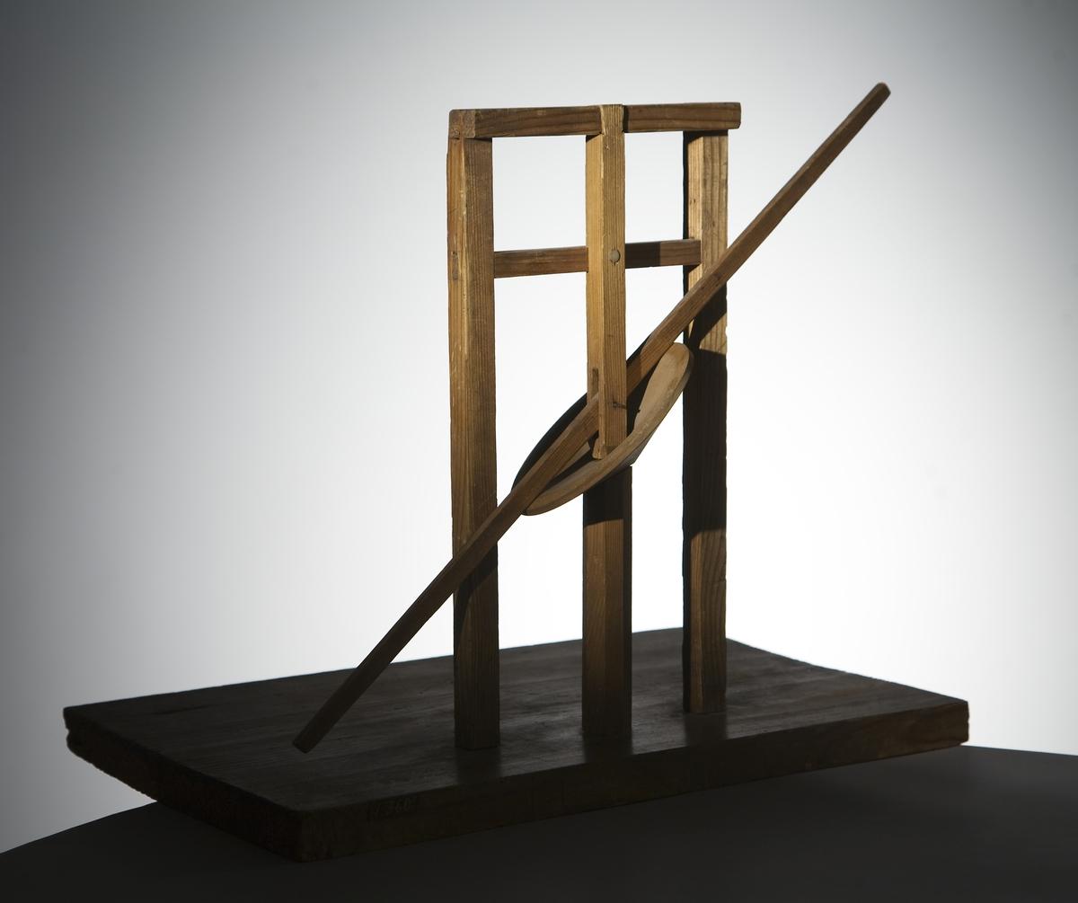 Modell ur Polhems mekaniska alfabet. Text på föremålet: LXIV. Vid rotation av den lodräta axeln erhålles med hjälp av den vinkelställda skivan en vickande rörelse hos armen.