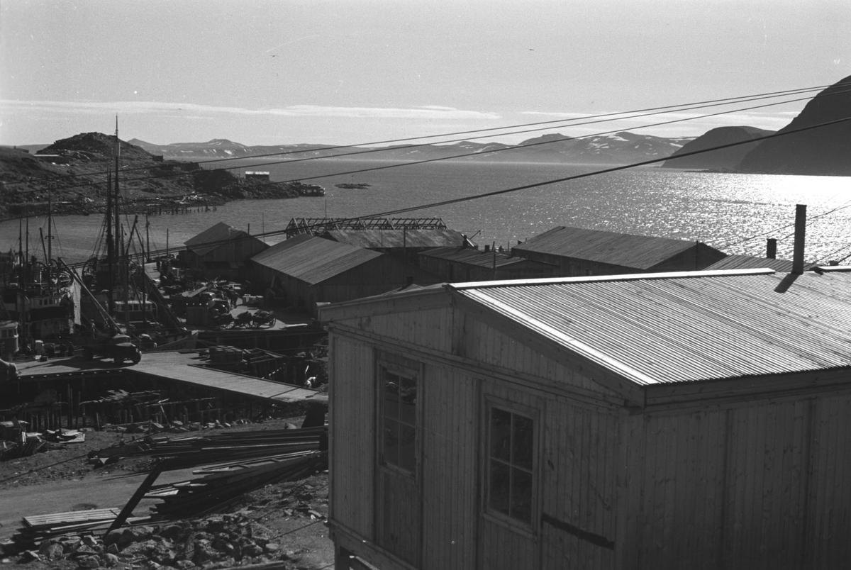 Gjenreisning. Honningsvåg. Brakkebebyggelsen på Holmen. Byggematerialer ligger langs veien. 1946/47.