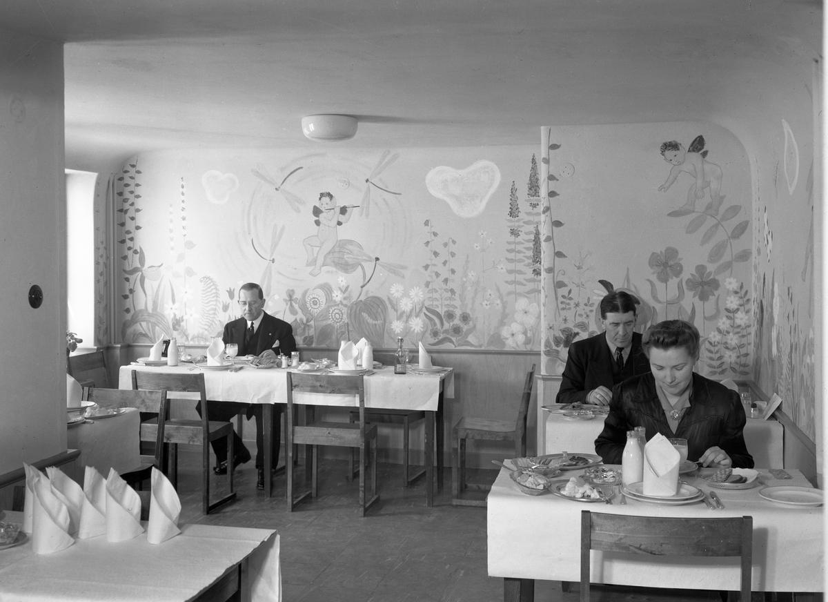 Bildserie från Stadshotellets nya kök, taget i bruk 1944. Personalmatsal: Som bilderna visar fanns det flera stycken uppdelade olika grupper.
