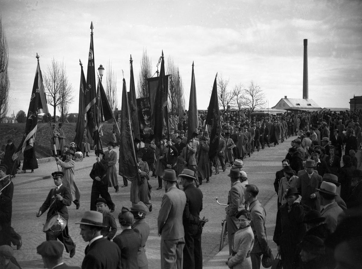 Socialdemokraternas demonstrationståg 1 maj 1938 lämnar Hamntorget på väg in mot centrum.