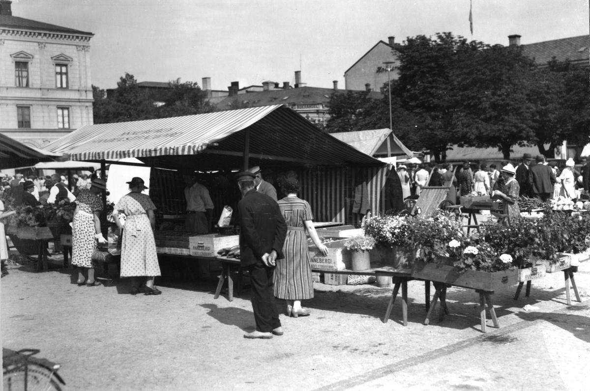 Trädgårdsmästare Bryskes stånd på  torget 1937.