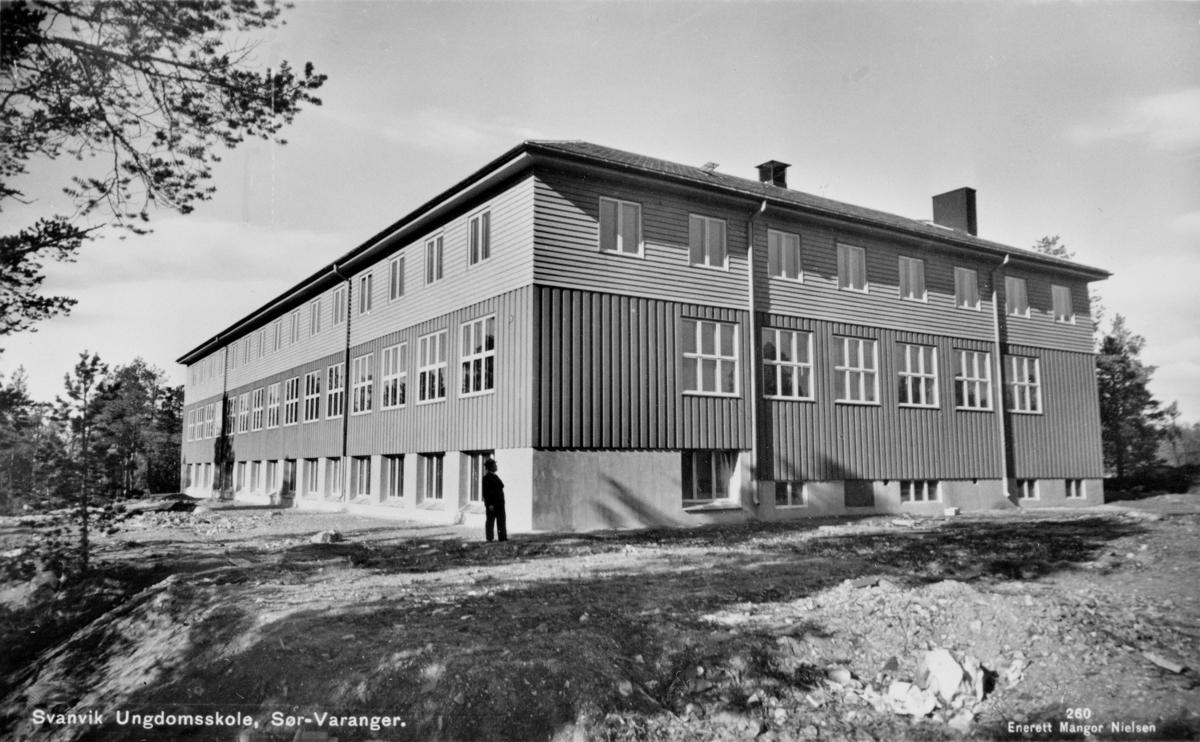 Bildet viser Svanvik Ungdomsskole ( Folkehøyskolen ). Bygging påbegynt i 1935. Tatt i bruk i høsten 1946.