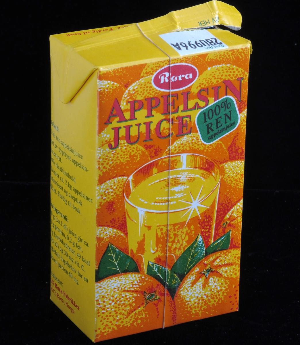 Appelsiner og et glass juice.