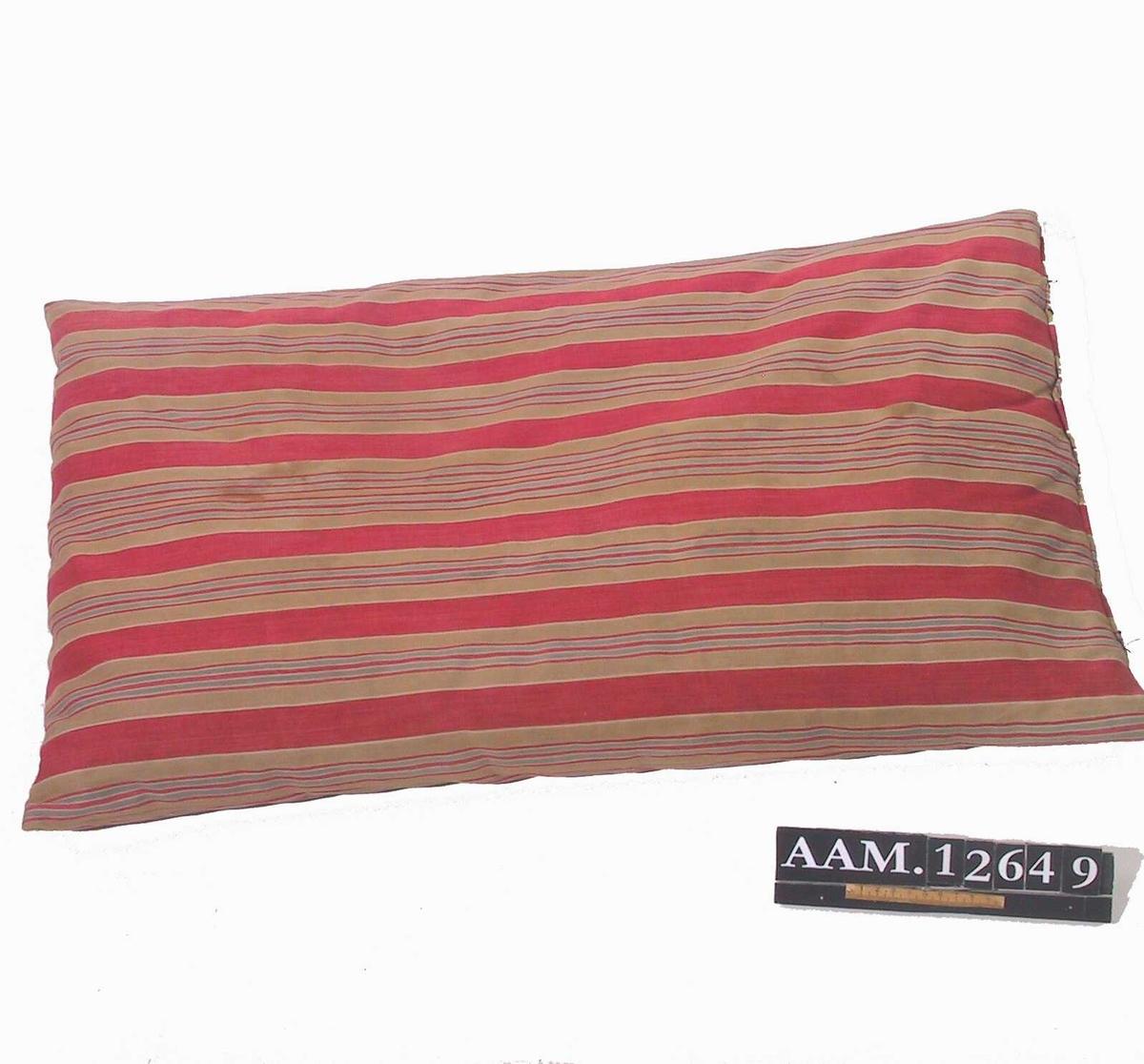 Pute med stripet bolster. Forholdsvis lite fjær, striper på langs i rødt vekslende med lysbrune med blå og røde smale imidten.