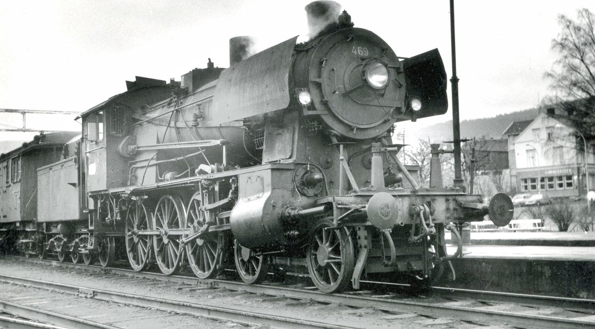 Sydgående persontog trukket av damplokomotiv type 30c 469.