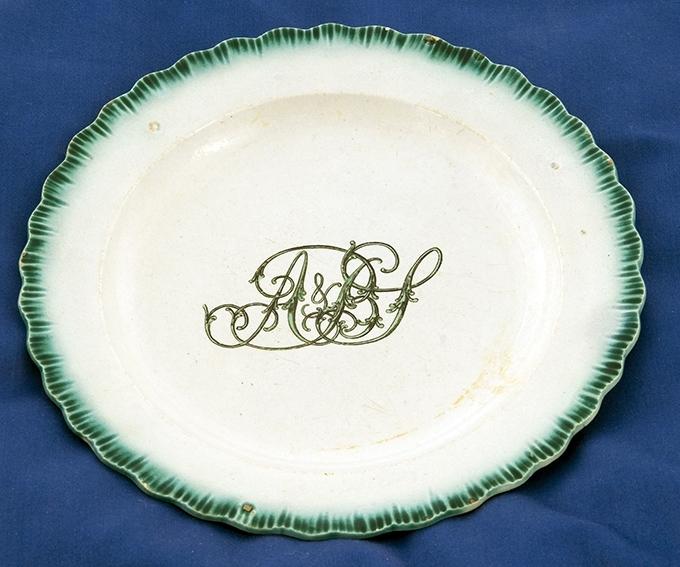 6 dype middagstallerkener, del av et større servise fra tidlig 1800-tall. Bølgekant, monogram A & BS i midten.