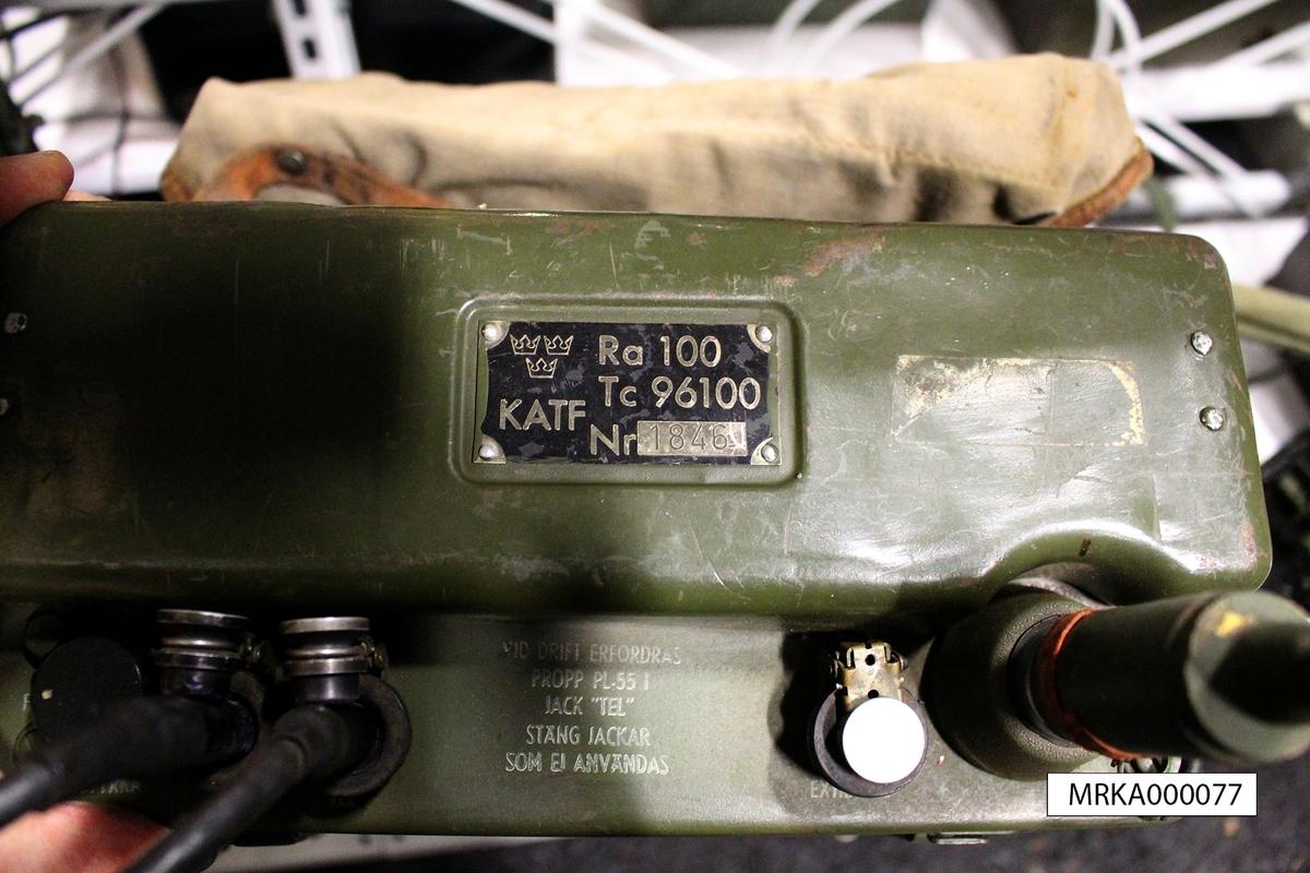Ursprungsbeteckning: SCR-300 Äldre förrådsbeteckning: Tc 96100  Ra 100 var en ultrakortvågsstation avsedd för telefoniförbindelser på kortare avstånd. Den var i första hand avsedd att tjäna som bärbar radiostation men kunde även användas i fordon. Utrustningen bestod av följande delar: apparatlåda med batterikabel, batterilåda med batteri, antenner, handmikrotelefon, hörtelefon, antennströmsindikator och bäranordning.  Data: Frekvensområde40,0 - 48,0 MHz ModulationstypFM Antal kanaler41 Uteffekt                0,3 W Räckvidd                6 km Tillverkningsår1940