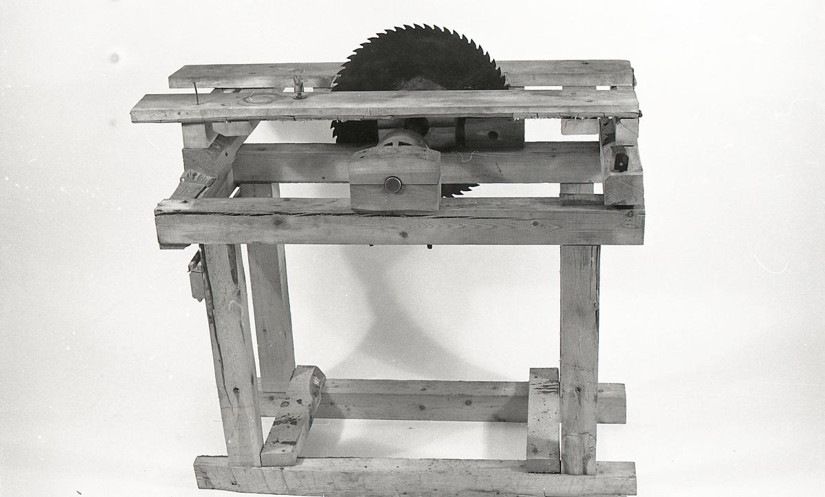 Teknikk: Stativet er tappet og spikret sammen. Valset sagblad, tenner stanset ut og felt. Akse/remskive dreid. Støpt skrue