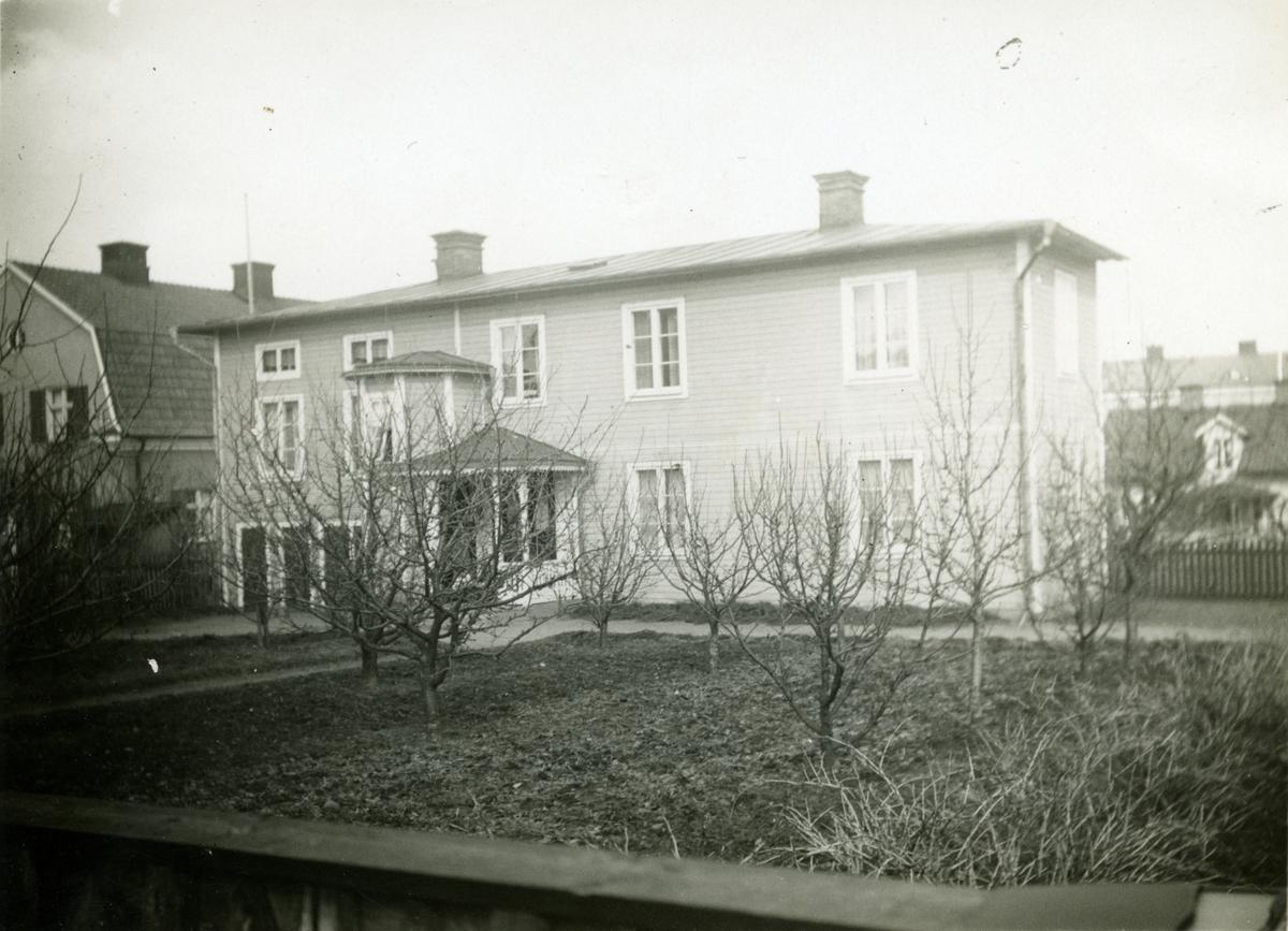 Bostadshus med trädgård, Folkungagatan 7. Huset revs på 1970-talet.