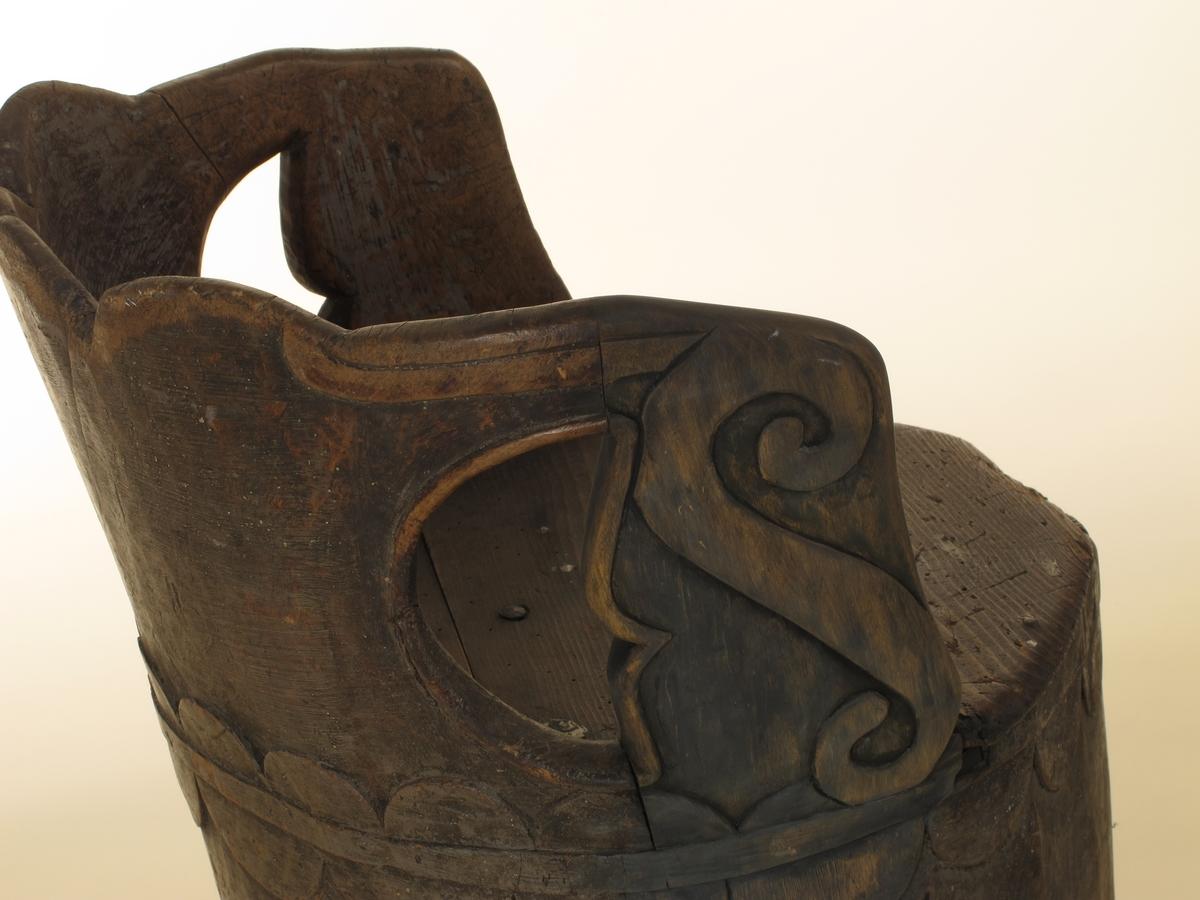 Liten utskåret kubbestol med gjennombrutt nederdel.