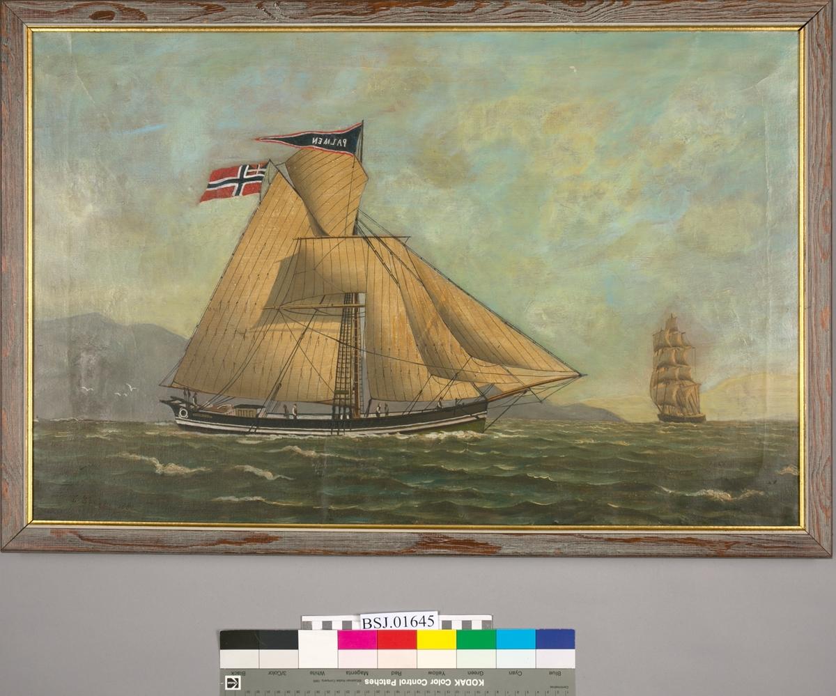Skipsportrett av jakten PALMEN under fulle seil med unionsflagg. Ser et annet større seilskip under seil foran baug på PALMEN.