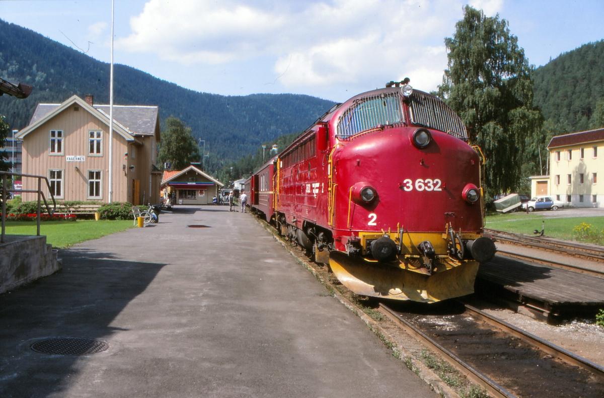 Persontog til Oslo S på Fagernes stasjon med dieselelektrisk lokomotiv, NSB type Di 3. Lokomotivet er malt i NSB sitt på den tid nye designprogram.