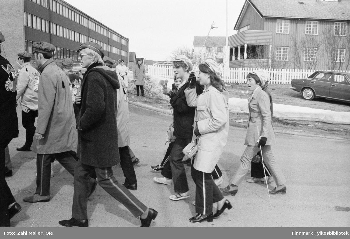 17.mai i Vadsø. Russetoget. I 1970 hadde russen både russelue og russestokk, en enkel pinne av bambus med en farget sløyfe på.