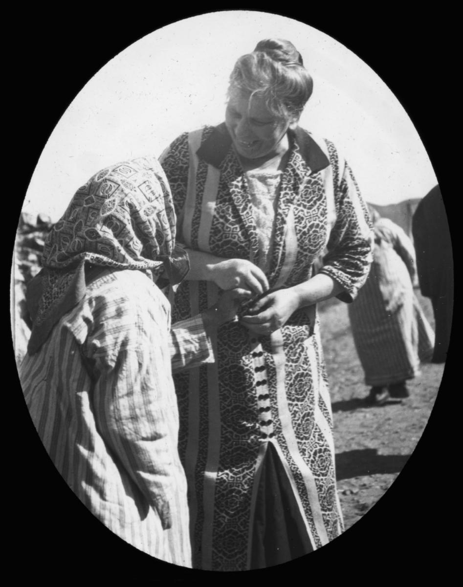 """""""Søster Olina Fostervold. N. 17.) """" står det på glassplaten. Ifølge www.geni.com er dette Olina Maria Fostervold, født 11.mars 1874, Død 22.mars 1954. Olina var utdannet diakonisse, og en del av bevegelsen til Haugianerne. Ole Fostervold var hennes bror. Oline Fostervold var født i Osmarka, Ore 11. mars 1874. Hun var utdannet sykesøster fra Lovisenberg. I 1915 startet hun arbeidet for Samemisjonen, og de første fem årene var hun kirkesøster i Nesseby. Fra høsten 1920 ble hun bestyrer av sykehjemmet Leirpollen i Austertana. Her jobbet hun til 1928, med noen års sykeopphold, tilbake i 1930 og jobbet her til 1931. I 1933 trakk hun seg fra arbeidet med Samemisjonen, av helsemessige årsaker. Hun kom tilbake som avløser, og jobbet i perioder frem til hun måtte slutte for godt i 1936. Olina Fostervold mottok Kongens Fortjenestemedalje for sitt arbeid for Samefolket. Olina Marie Fostervold hadde en samisk adoptivdatter, Lajla Fostervold.  Olina Fostervold døde 22.mars 1954, 80 år gammel. Hun ble gravlagt 1.april 1954 og ble fulgt til graven fra Leirpollen sykehjem, gravlagt ved Birkestrand kirkegård. Ref. """"Samenes Venn"""" April 1978. Leirpollen sykehjem ble bygget i 1914 og innviet sommeren 1915 - drevet av """"Finneforbundet""""/Norsk Finnemisjon. Hennes bror, Ole Knutson Fostervold (født 1881) , emigrerte til Statene, men var likevel redaktør i 16 år for det religiøse tidsskriftet """"Indremisjonsvennen"""". Han tilhørte Den Lutheranske Frikirken og var Haugianer. Haugianismen (eller Hauges Venner) er en norsk kristen bevegelse som var sterkest tidlig på 1800-tallet, og som opprinnelig ble forkynt av lekmannen Hans Nielsen Hauge. Tilhengere kalles Haugianere. Bevegelsen påvirket norsk samfunnsliv i betydelig grad. Bevegelsen gikk på 1900-tallet i hovedsak inn i Det norske lutherske Indremisjonsselskap, som i dag (2010) heter Normisjon."""