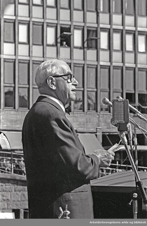 1. mai 1965, Arne Paasche Aasen taler på Youngstorget.