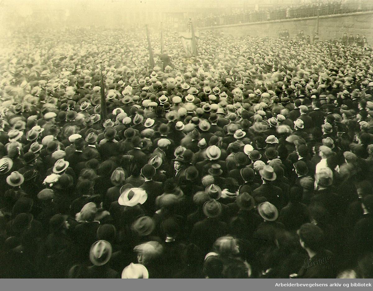 Jernbanestreiken 1920. Martin Tranmæl taler på et massemøte på Youngstorget etter den store demonstrasjonen lørdag 4. desember 1920.