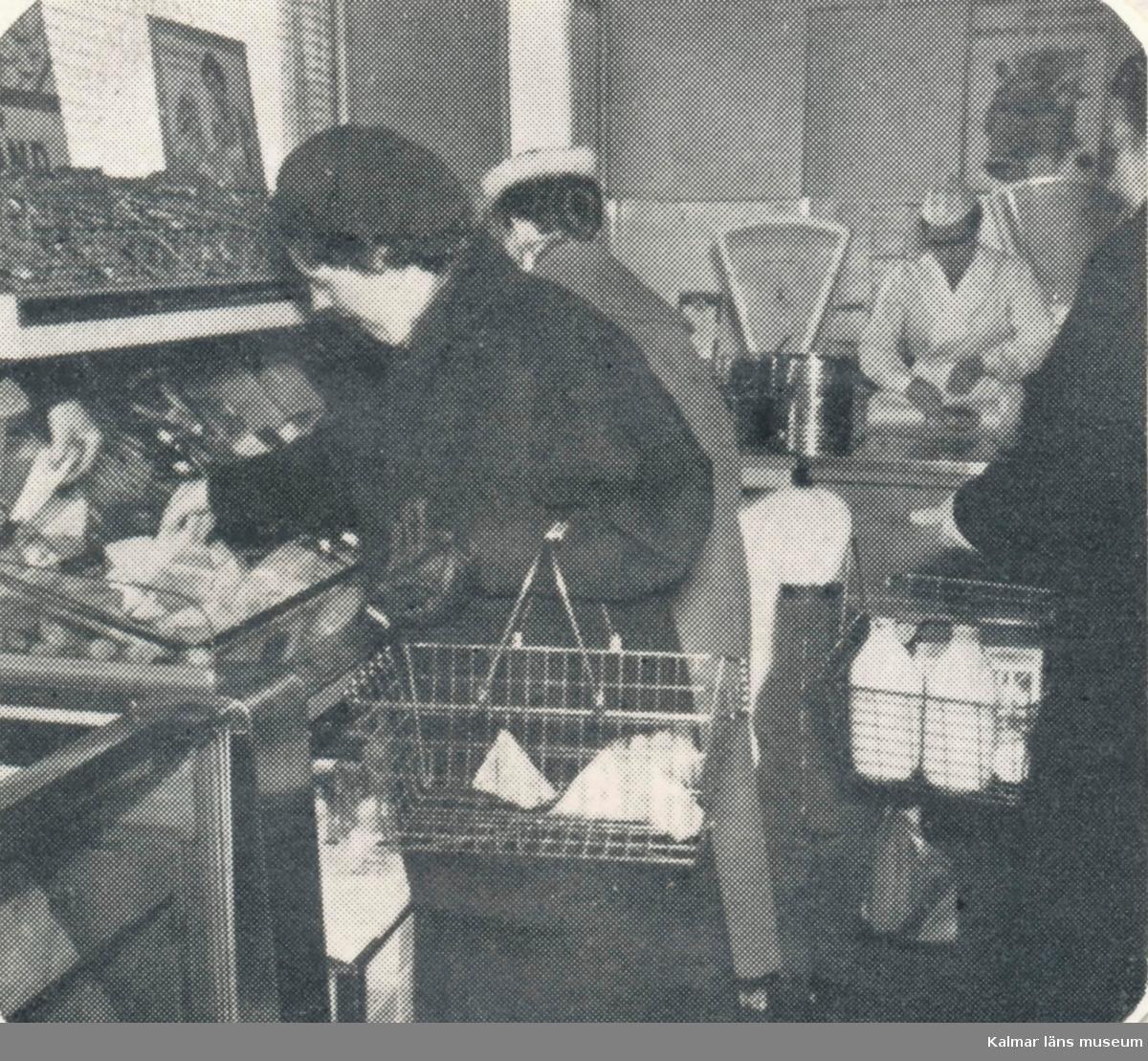 Konsumbutiken på Sandås (Bragegatan), efter ombyggnaden till snabbköp.   Bilden är hämtad ur en tryckt skrift, och är därför rastererad.