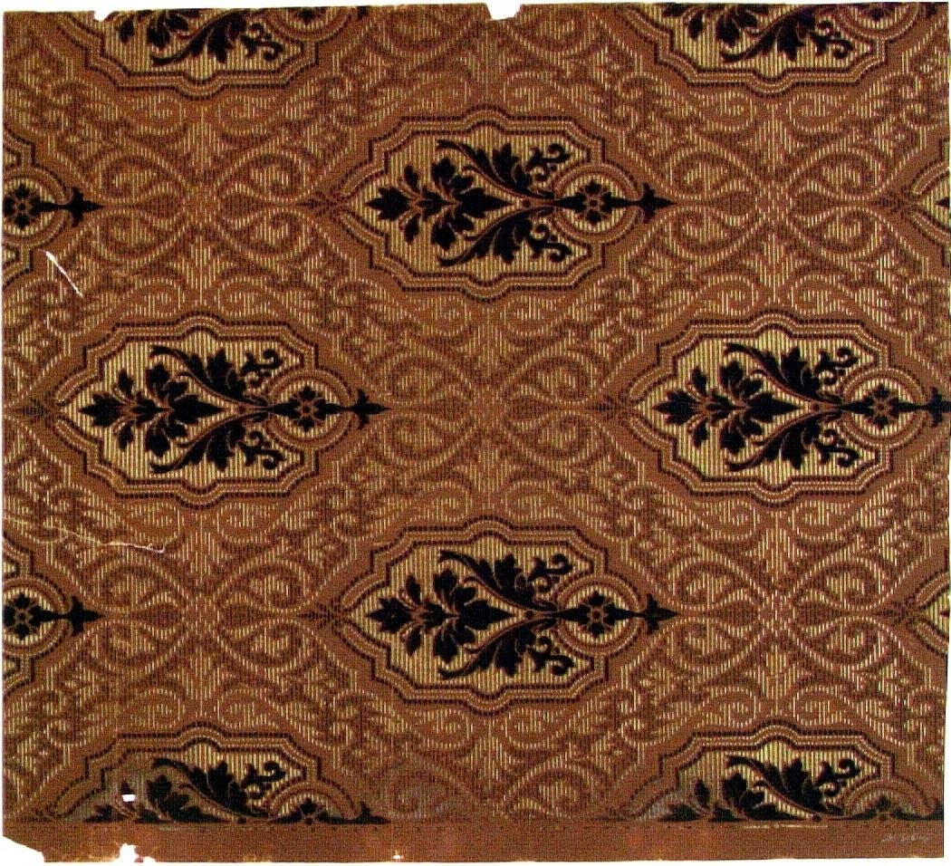 Ett sgrafferat snedrutmönster dekorerat med franska liljan. Tryck i mörkbrunt och guld på en chokladbrun bakgrund.