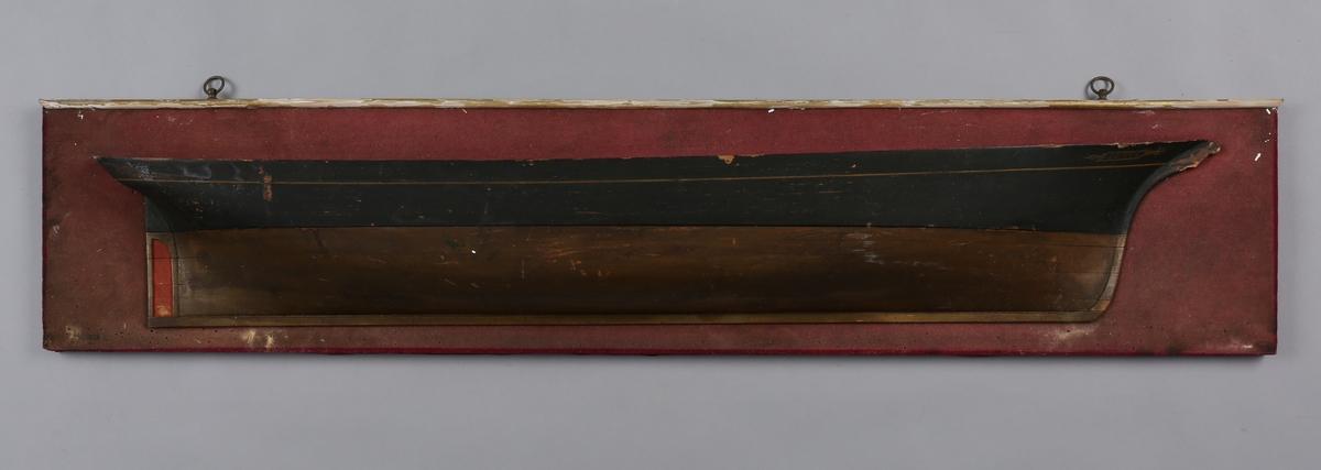 Halvmodell av skonnertbrigg NEPTUN montert på treplate som er trukket med tekstil.