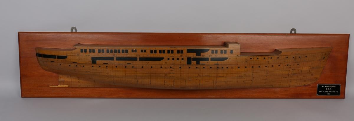 Halvmodell  av MS NORDSTJERNEN med platene inntegnet, montert på treplate.