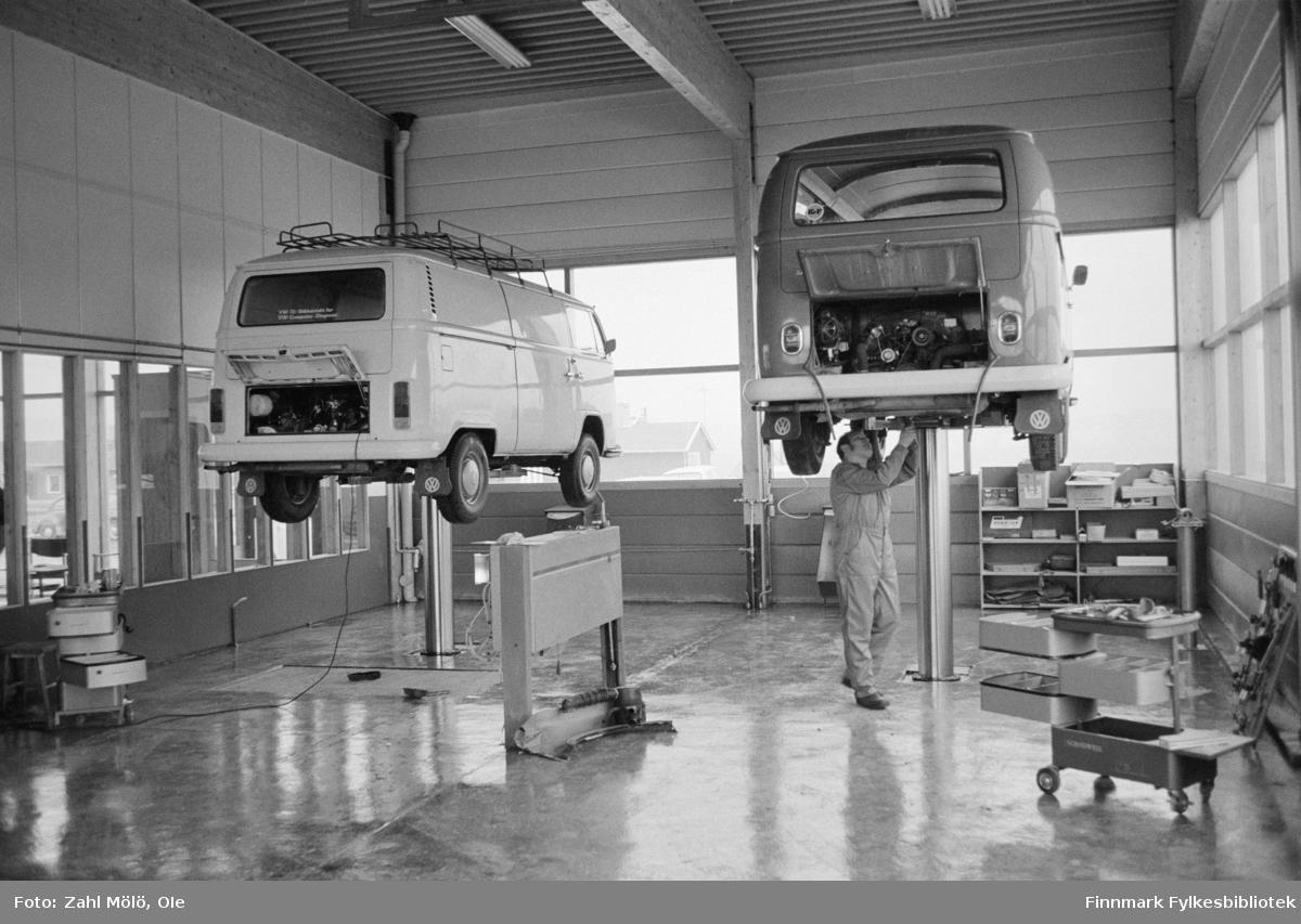 Fotoserie av fotograf Ole Zahl Mölö. Bilverksted og VW Transporter. Ole Zahl Mölö, også kjent som Zahl Møller under hans tid i Vadsø – med kunstnernavnet OZAM – er født 8.juli i 1937, i Vadsø. Fotoarkivet har ca. 7500 negativer av Ole Zahl Mölös arbeider i sin samling. Bildematerialet inneholder motiv fra Vadsøs lokalmiljø og gjenspeiler hans hverdagsliv i byen og bymiljøet i vekst på 1960-70-tallet.