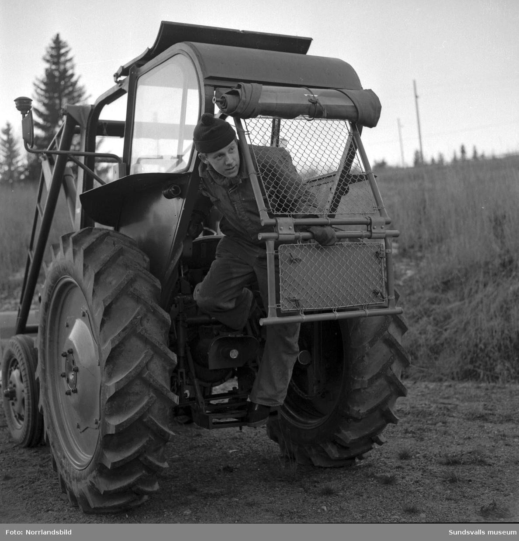 En tippsäker traktor, David Brown 40D, med hytt demonstreras av firma G Nyström AB.