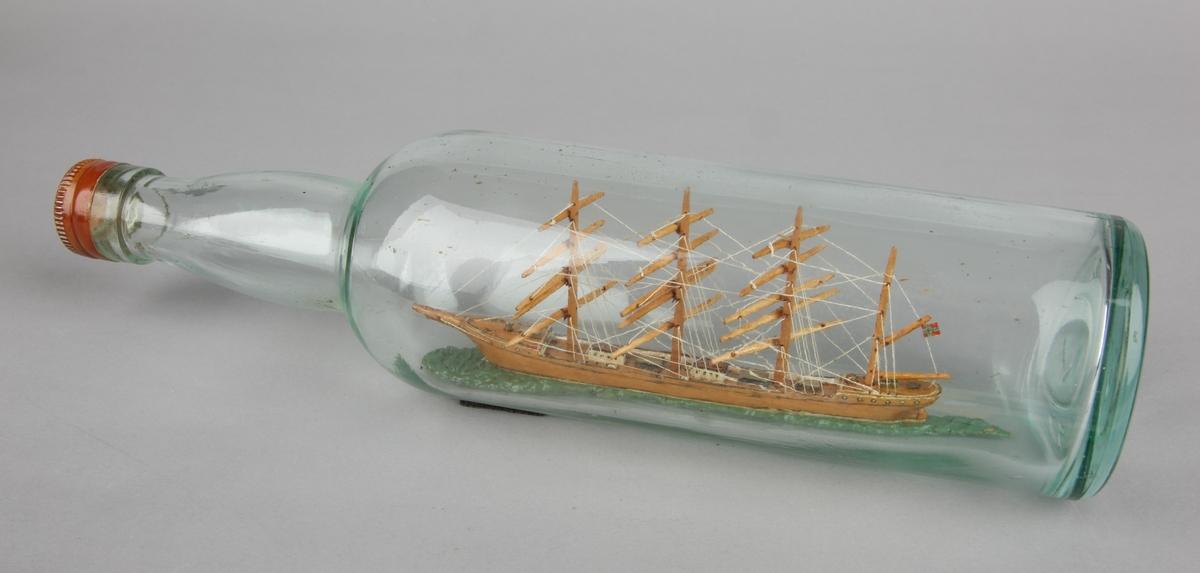 Flaskeskip laget av eik av 4-mastet bark uten seil.