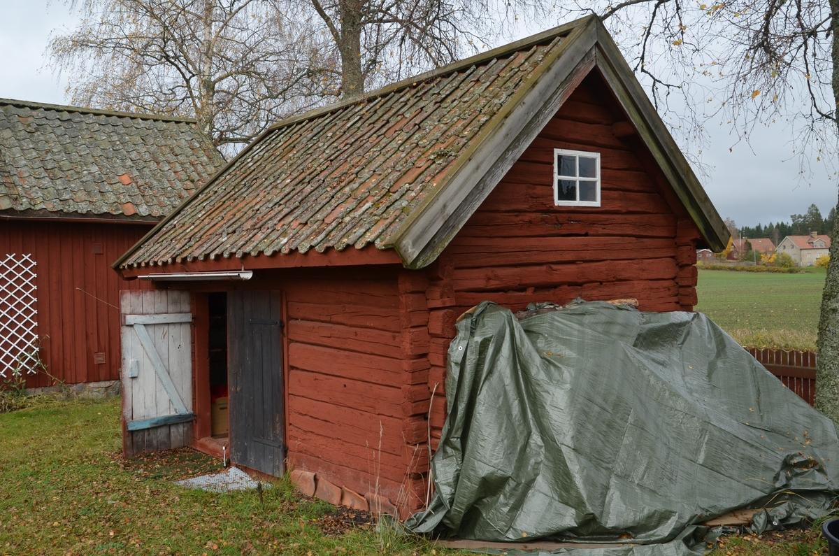 Ombytesstugan med uthus vid Huddunge hembygdsgård, Prästgården 1:1, Huddunge socken, Uppland 2014