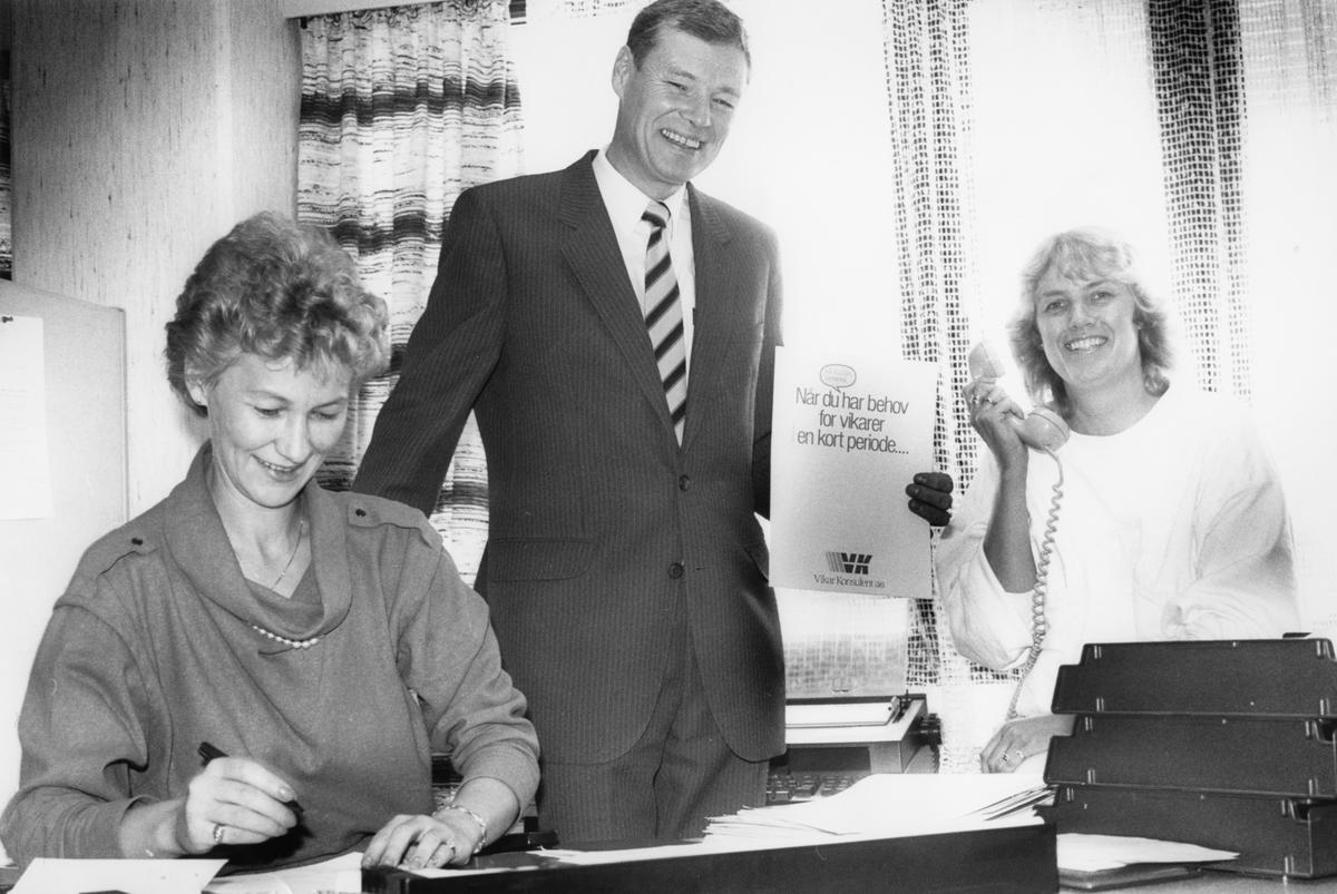 """Gruppebilde, fra venstre: Elbjørg Berglund Anfinsen, Terje S. Ødegård og Gerda Trøstheim. Portrett av Terje S. Ødegård. """"Vikar Konsulent AS"""" Portrett av Terje S. Ødegård. """"Vikar Konsulent AS nå også i Ski!"""""""